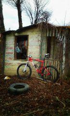 Podczas wczorajszej przejażdżki. Jakaś opuszczona chatka działkowa.