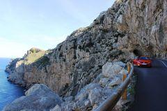 Tunel wykuty w skale w drodze na Cap de Formentor