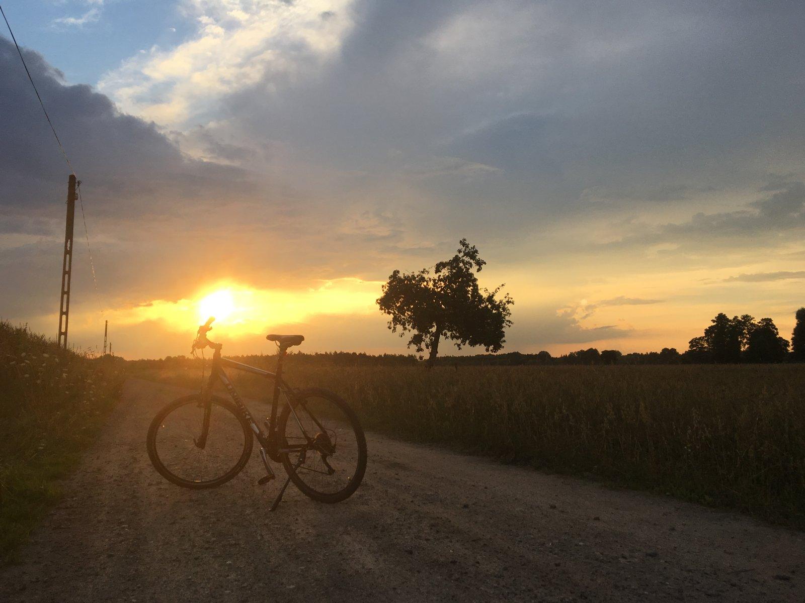 Zachód słońca z rowerem na pierwszym planie